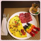 My homemade spinach/grape tomato omelet w/turkey bacaon, fresh homemade fruit kebabs and Chai green tea.